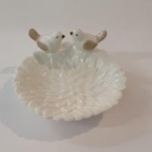 קערית חרסינה לבנה בצורת פרח וזוג ציפורים מאוהבים