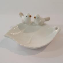 קערית מדליקה ומיוחדת מעוצבת בצורת עלה בצבע לבן מעוטרת בזוג ציפורים