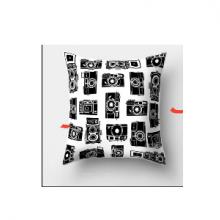 כרית מהממת בהדפס מצלמות רטרו שחור לבן